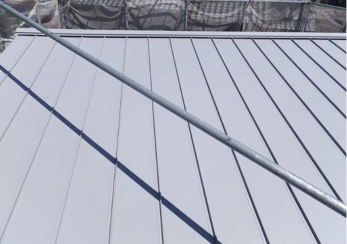 ガルバリウム鋼板に葺き替えが完了した屋根