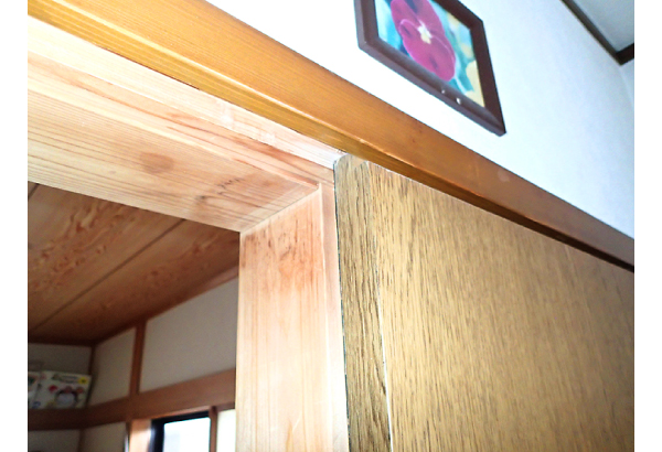 水を吸った扉の木枠
