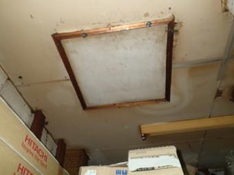 天井がたわみ、雨染みもできている