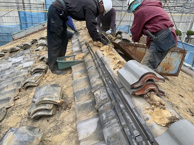 四国中央市三島の瓦屋根葺き替え工事で古瓦の撤去と屋根下地工事