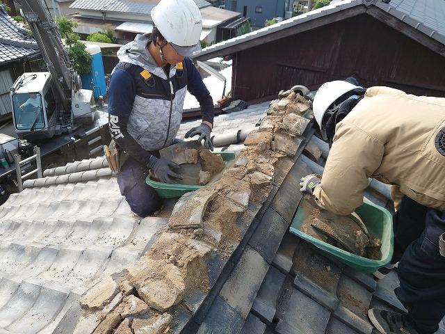 瓦屋根の大棟の解体