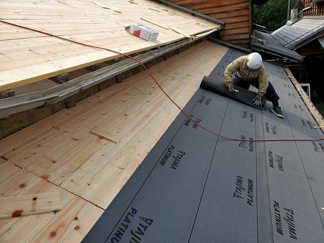 屋根に防水紙張り