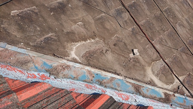 防水紙に残る雨漏りのシミ