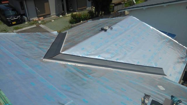 新居浜市中村町の屋根葺き替え工事で軽量瓦のルーガ鉄平を施工中