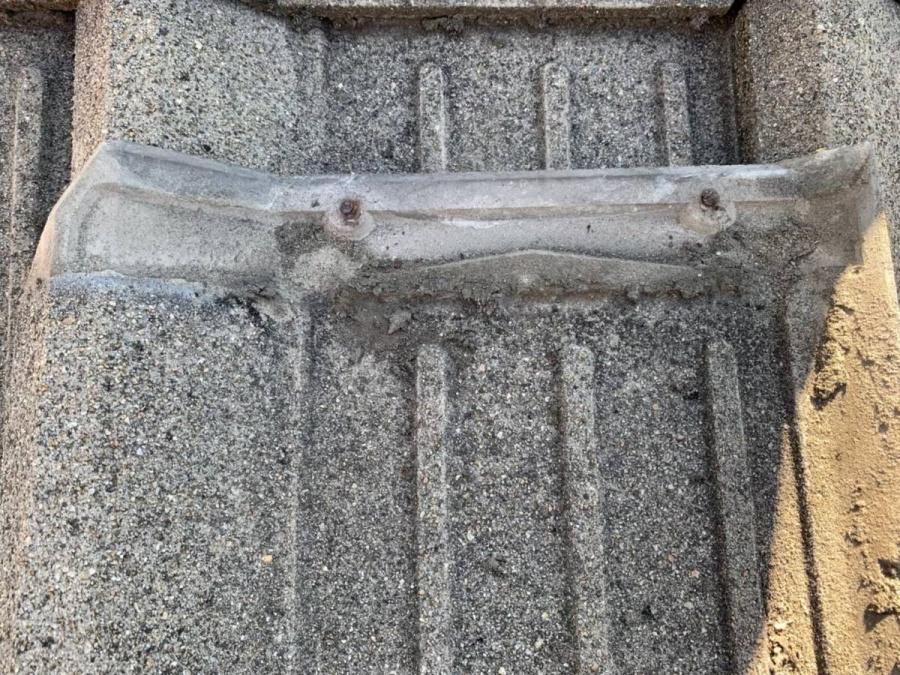 セメント瓦の重なり部に溜まったゴミ