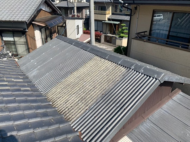古くなった波スレート屋根