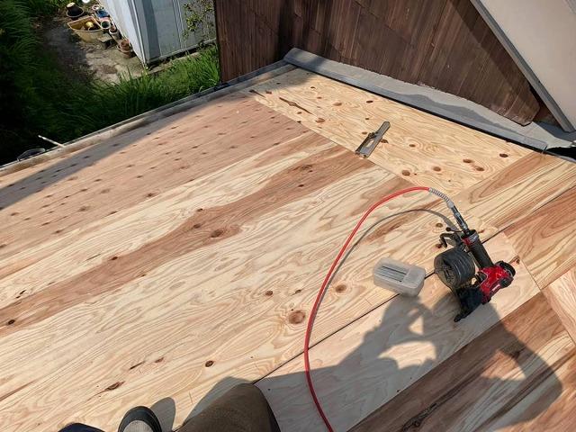 傷んだ屋根下地に構造用合板を増し張り