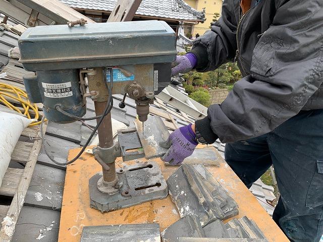 のし瓦に銅線をつける穴あけ