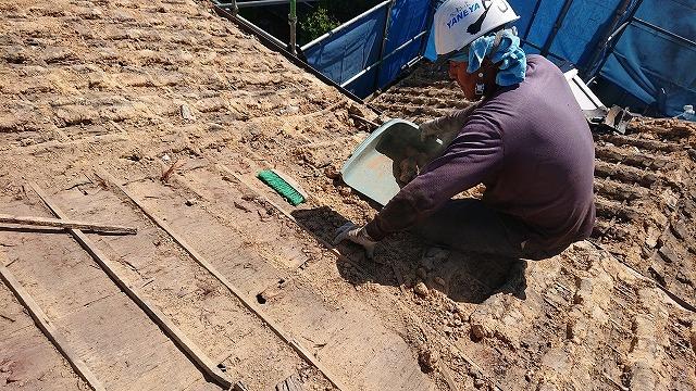 葺き土の撤去と掃除