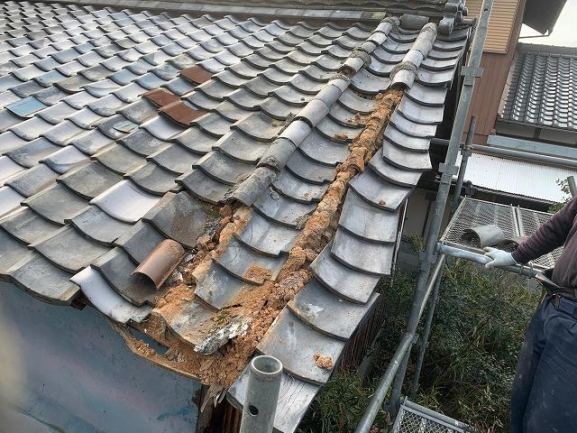 雨漏りで崩れかけた瓦屋根