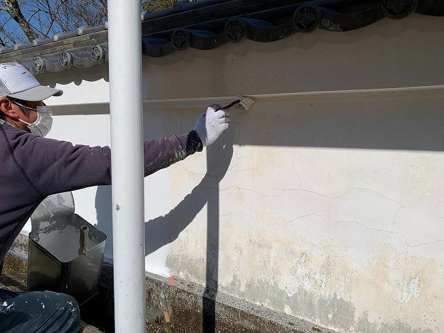 西条市大保木にて塀の塗装工事でパテ補修のあと下塗りをしました
