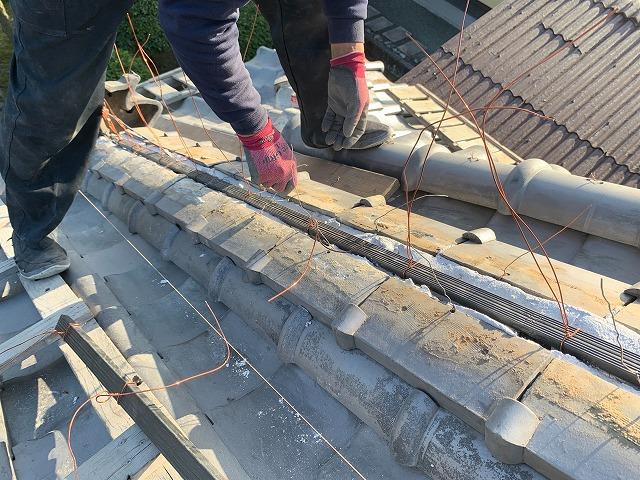 西条市玉津の雨漏りする菊間瓦屋根の降り棟の積み直し工事です