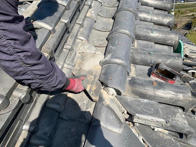 西条市玉津で施工中の棟の積み直し工事で隅棟の施工しました