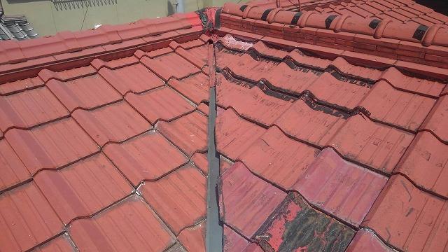 谷板金を取り換えたセメント瓦屋根