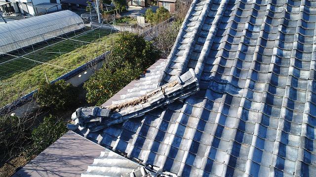 ドローンで瓦屋根を撮影