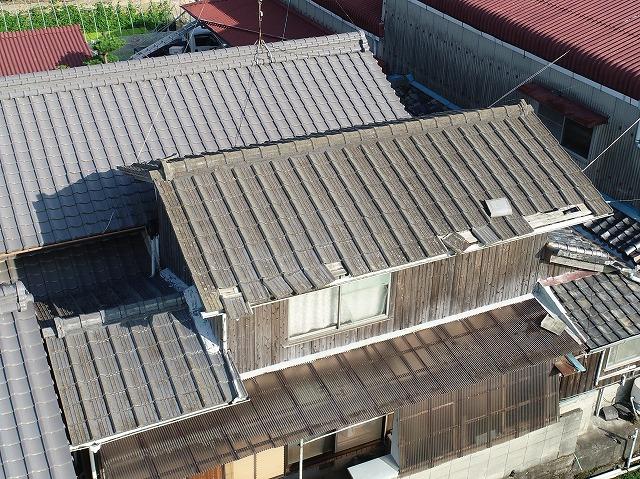 軒先がめくれてしまったスレート屋根