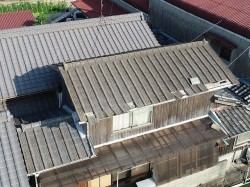 瓦の飛んだ屋根