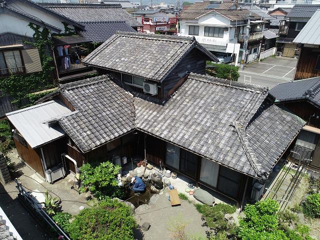 今治市小泉で古くなった菊間瓦の屋根葺き替え工事をはじめました