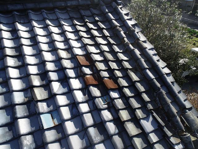 割れた瓦を鉄板で応急処置