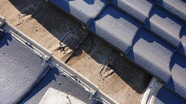 ルーフィングに残る雨漏りの跡