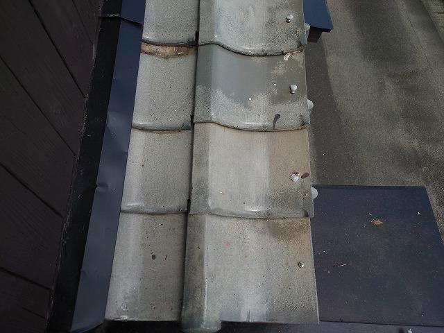 ビスで固定した釉薬瓦