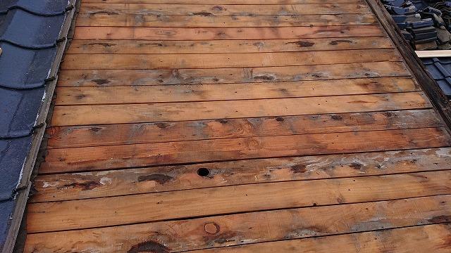 屋根下地に残る雨水の跡