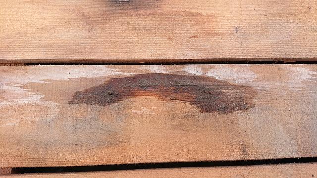 野地板にのこる雨漏り跡