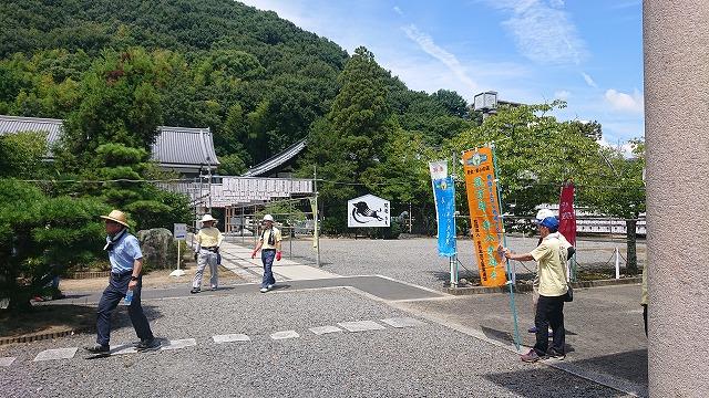 松山市御幸の護国神社で瓦組合イベントで屋根掃除と屋根点検を実施