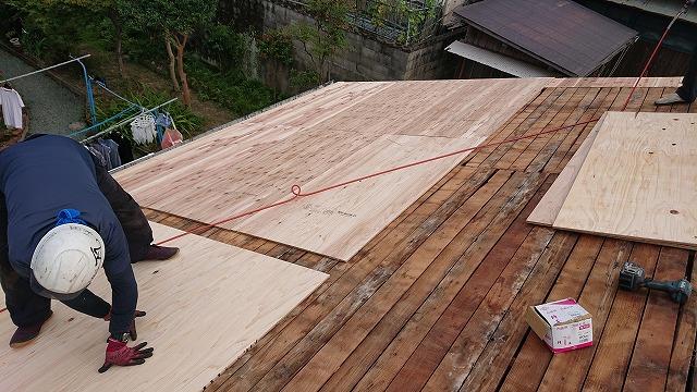 古い野地板の上に合板の増し張り補強