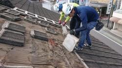 セメント瓦の解体作業