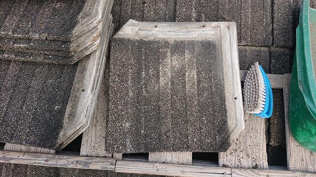 溜まったゴミを掃除したセメント瓦
