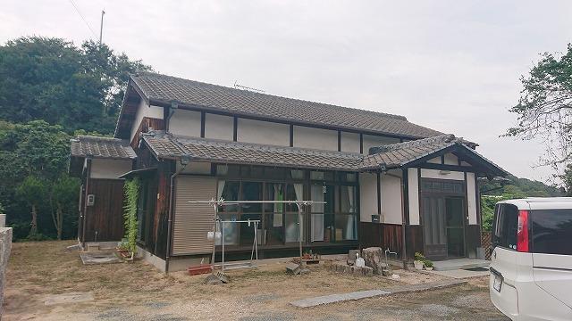 セメント瓦屋根の住宅