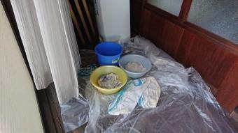 雨漏りで床にバケツや洗面器