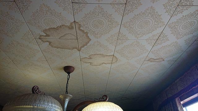 天井に残る雨漏りによる雨染み