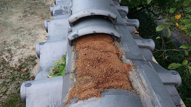 雨漏りでサラサラになった葺土