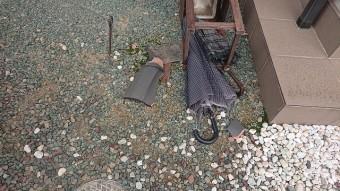 割れ落ちた瓦