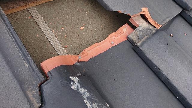 2本の釘でしっかり留まった瓦