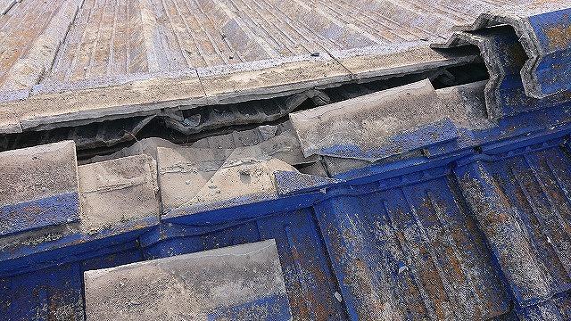 壊れたセメント瓦屋根