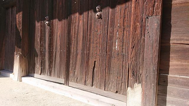 傷んだ門扉