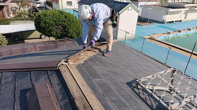 コロニアル屋根の棟板金の撤去