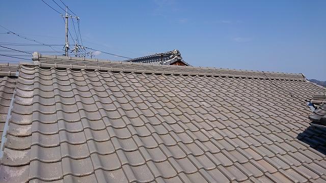 古い釉薬瓦の屋根