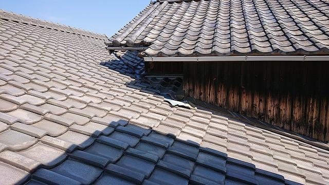 瓦屋根の壁際の納まり