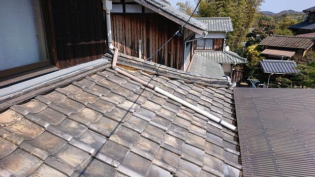 古い菊間瓦の下屋根