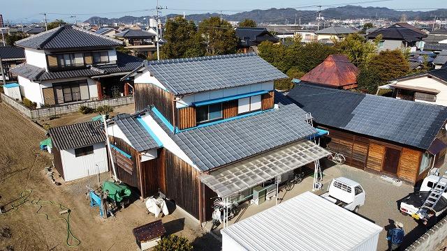セメント瓦屋根のドローン写真