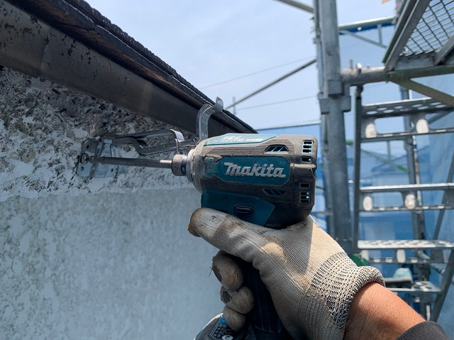 雨樋吊り金具の施工