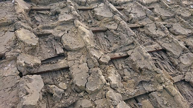 瓦の下の葺き土