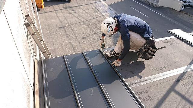 新居浜市で雨漏りでお困りのコロニアル屋根を屋根カバー工事