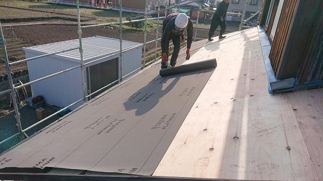 合板の屋根下地に防水紙施工