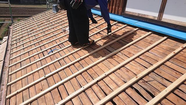 野地板の上に通気胴縁施工