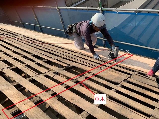 垂木に構造用合板を打ち付けている様子